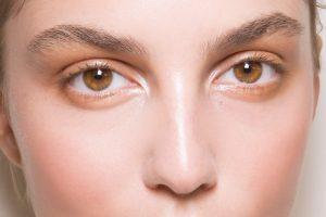 Kala-Market--کردن-گوشه-داخلی-چشم-300x200-چگونه با آرایش چشمان درشت تری داشته باشیم؟-آرایش و زیبایی آرایش و زیبایی صورت لوازم آرایش