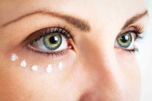 Kala-Market--دور-چشم-300x200-چگونه با آرایش چشمان درشت تری داشته باشیم؟-آرایش و زیبایی آرایش و زیبایی صورت لوازم آرایش